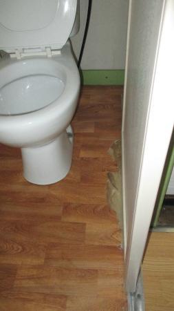 Camping Los Llanos : Toilet laminate floor decaying