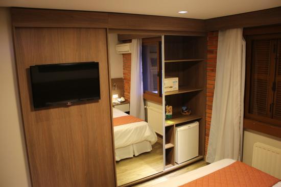 Armario Area De Serviço ~ TV LCD, Frigobar, Cofre e armário do quarto em frente a