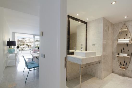 Marina Suites: Bathroom