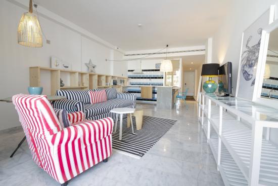 Marina Suites: Living room