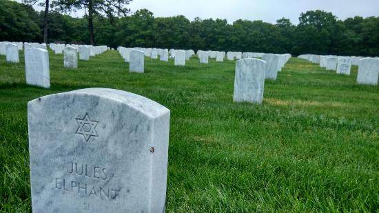 ‪Calverton National Cemetery‬