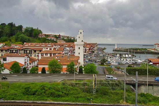 Ibis Ciboure St Jean De Luz: Vue ouest sur Ciboure (côté voie express et voie ferrée)