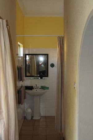 Amadeus Garden: Nice bathroom with solar-heated water for a wonderful hot shower!