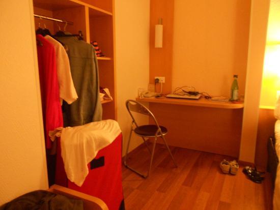 Ibis Perigueux Centre: le coin bureau hifi dans la chambre