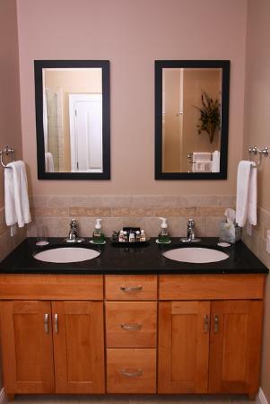 The RoseMary Inn : Heiss Room Vanity
