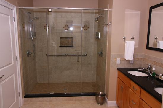 The RoseMary Inn : Heiss Room Shower