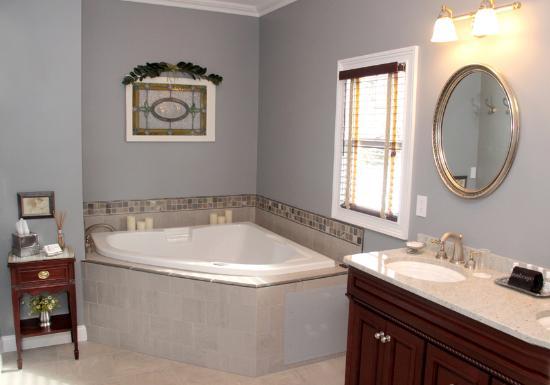 The RoseMary Inn : Beach Room Bath