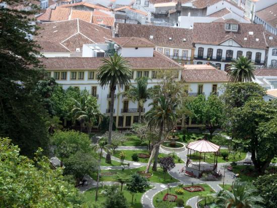 Azoris Angra Garden Plaza Hotel: Het hotel gezien vanaf het hoogste punt van het park