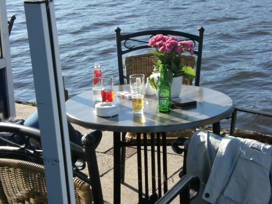 Hotel Oostergoo: Abendstimmung auf der Terrasse/dem Steg