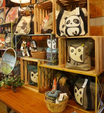 Apple Valley Cafe: Handbags and jewelry available in the gift shops.