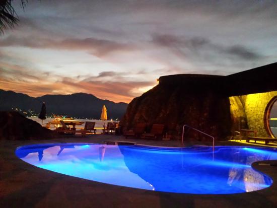 Hotel Mercedes: Piscina sobre playa