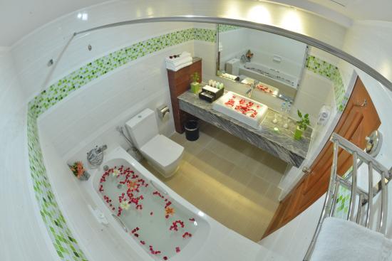 BEST WESTERN Green Hill Hotel : Bathroom and bathtub
