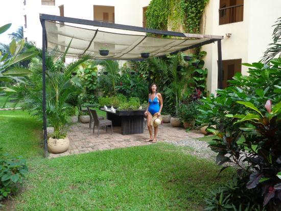 Uno delos jardines traseros del hotel picture of villa for Jardines traseros