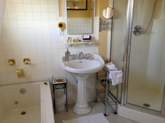 Burke Manor Inn: Bathroom for Room 205