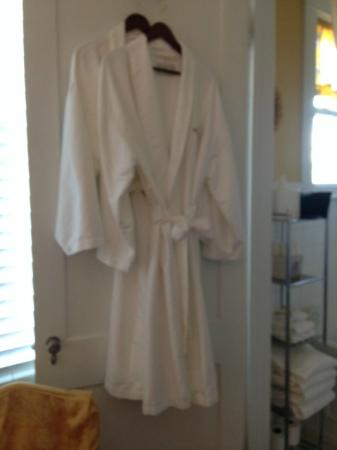 Burke Manor Inn: Bath robes in room