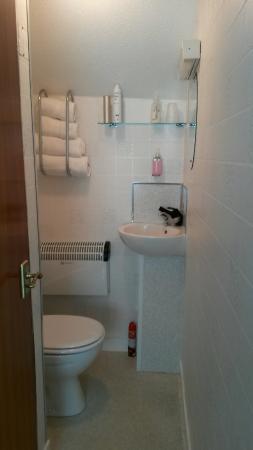 Glenfern Guest House: Beautiful clean bathroom, and tea coffee unit.