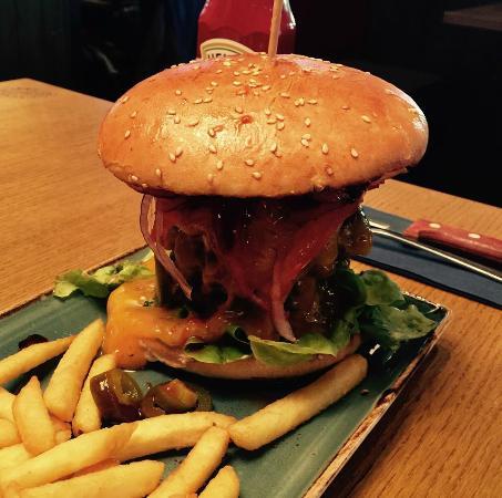 Chicago Meatpackers Hamburg: XXL Spicy Bacon Burger - sehr lecker - könnten für 18,60 Euro etwas mehr Pommes sein.