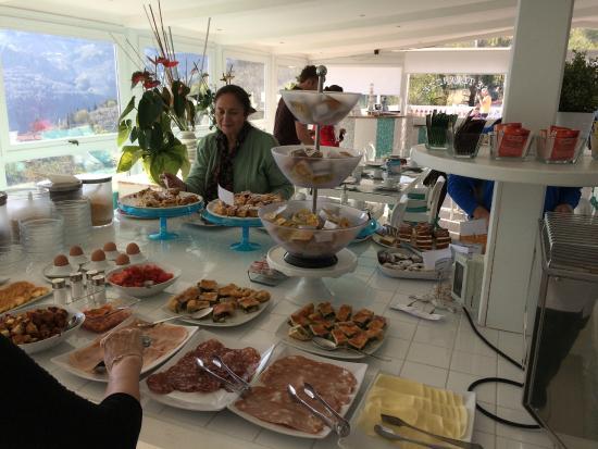 el desayuno buffet variado, y con alimentos calientes. - Foto di ...