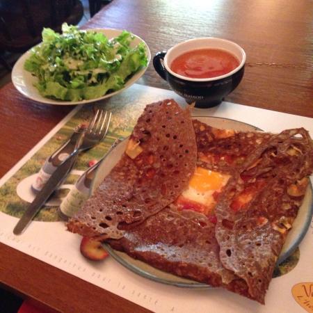 La Cancalaise: Crêpe piperade avec une salade en accompagnement et une bolée.