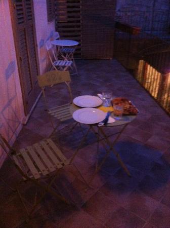 Modica Old Town Rooms: Cena romantica nel terrazzino della nostra camera!