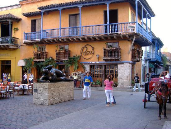 """Restaurante Paco's: vista del locale e della """"gorda"""" da piazza San Domingo."""