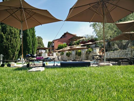 La Pecora Ladra: Vista dal parco della piscina