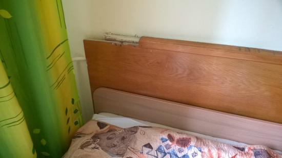 Sanatorium Jan Kazimierz: Nienaprawiona część boazerii przy łóżku mimo 2x zgłoszeń