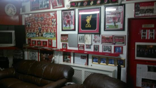 Newsham Park Guest House: Great room with LFC theme in the basement.
