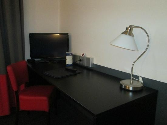 Hotel Brussels: Very nice desk space here with lamp.