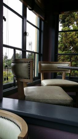Bancroft Hotel: Salle du petit déjeuner avec vue sur le campanile du campus de Berkeley