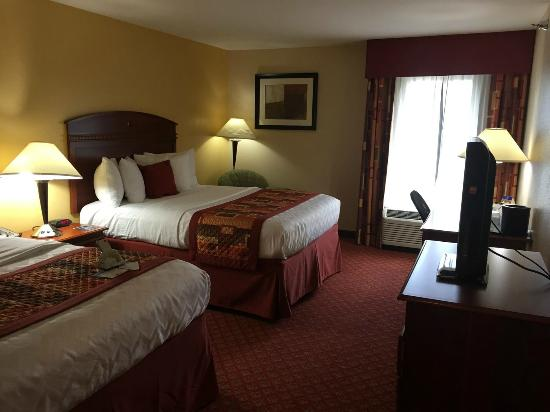 BEST WESTERN PLUS Kansas City Airport-KCI East: Clean beds