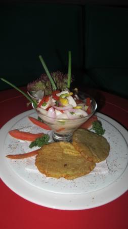 Bar Restaurante La Cueva: Ceviche La Cueva: Bocados de corvina marinados en una mezcla de cítricos y especias. Es único.