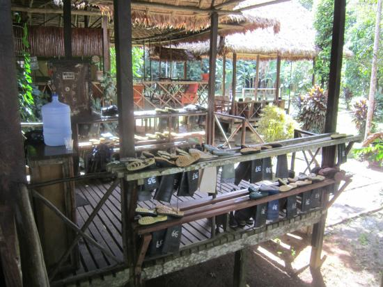 Wasai Tambopata Lodge: Boot area and filtered water