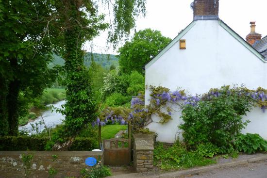 The Newbridge on Usk: Beautiful setting around the Inn