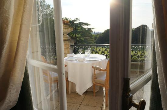 Chateau Les Crayeres: Table pour le dîner sur la terrasse