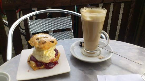 Temptations Coffee Shop: outside enjoying a scone and a latte :D