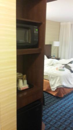 Fairfield Inn & Suites Los Angeles Rosemead : Microwave and small fridge