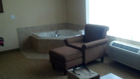 Comfort Inn & Suites McMinnville : Strange jetted tub in the living room corner.