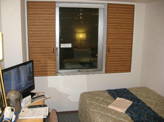 Keio Presso Inn Kayabacho: 窓からは外も見え、朝はまぶしいくらいの光が入ります