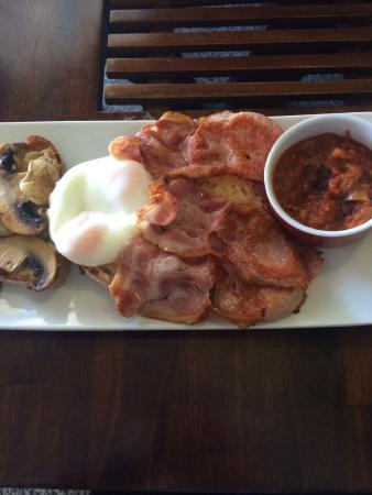 Nino's Gourmet Deli: Bacon and eggs on sourdough with homemade baked beans and mushrooms