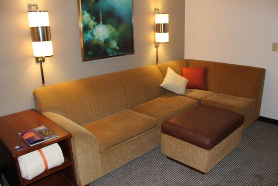 Hyatt Place Charlotte/Arrowood: Comfortable couch