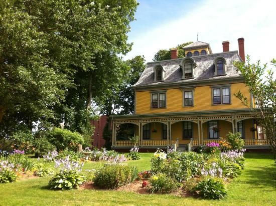Beaconsfield Historic House : 初夏の庭がとても美しい