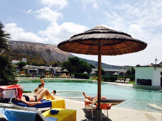 Hotel Mari del Sud Resort : Piscina  alle pendici del cratere