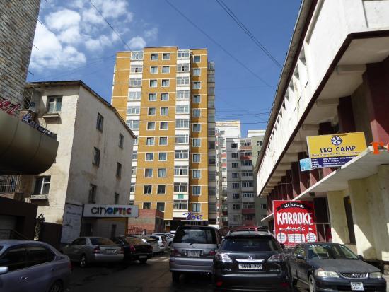 Zaya 2 Hostel: 平和大通りから見た宿泊施設外観