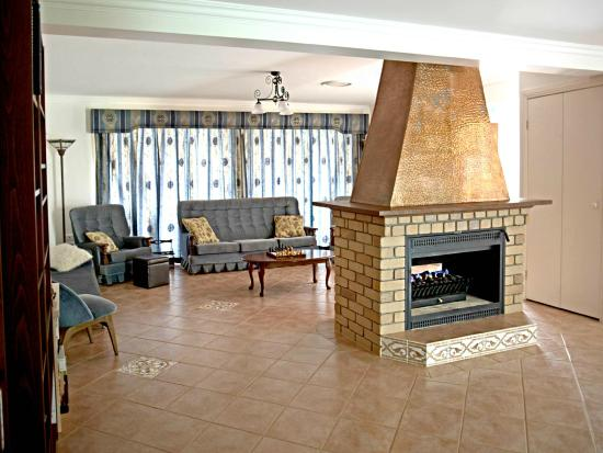 Mountain Sanctuary B&B: Guest lounge and fireplace