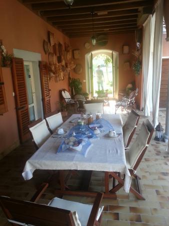 Bed & Breakfast La Corte di Pagani Carla: Il portico con la tavola pronta per la colazione