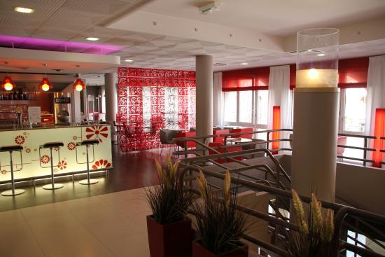 Hotel Ibis Epernay Centre Ville: Frühstücks- und Barbereich
