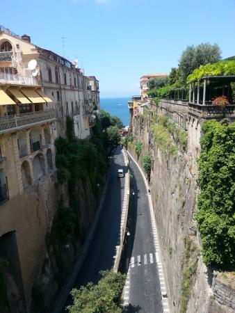 Hotel Sant'Agata: strasse von sorrento zum hafen