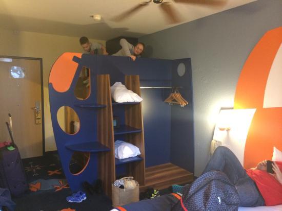 Explorers Hotel: Massive bunk beds in Explorers