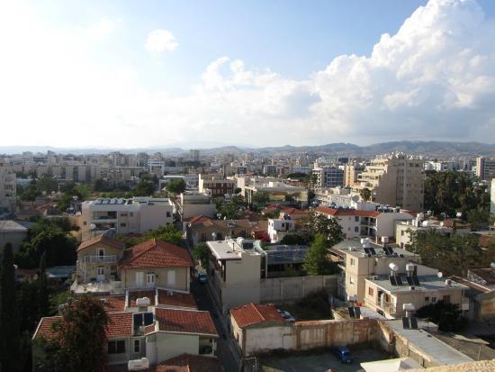Pier Beach Aparthotel: Вид из окна на город и горы